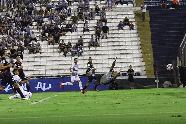 La acción previa entre Cruzado y Rodríguez para el gol de Quevedo merece una mención especial. (Foto: Pedro Monteverde / DeChalaca.com)