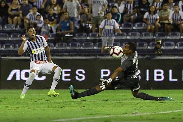 Rivadeneyra se encargó de ahogar un grito de gol más a Quevedo. (Foto: Pedro Monteverde / DeChalaca.com)