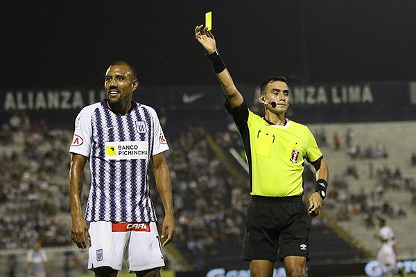 El partido se le hizo cómodo a Menéndez. Buen trabajo arbitral. (Foto: Pedro Monteverde / DeChalaca.com)