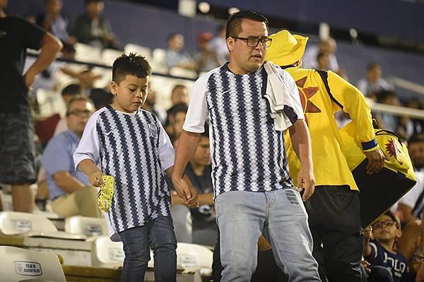 Desazón entre los hinchas de Alianza Lima por el empate sobre el final. (Foto: Álex Melgarejo / DeChalaca.com)