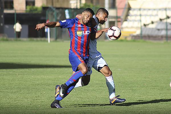 Lionard Pajoy sucumbe ante la presión de Minzum Quina. (Foto: Mijail Úrsula / DeChalaca.com)