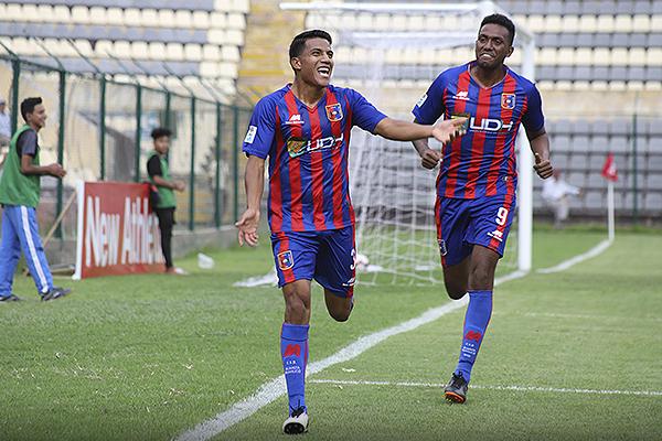 Giovany Morales celebra con Joyce Conde el gol que puso en ventaja a Alianza Universidad. (Foto: Mijail Úrsula / DeChalaca.com)