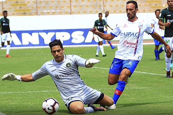 Llontop respondió bien. Acá soporta una arremetida de De Miranda. (Foto: Celso Roldán / DeChalaca.com)