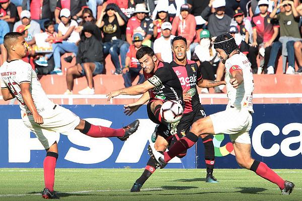 Bernardo Cuesta ensaya el disparo ante la marca de Werner Schüler y Jesús Barco. (Foto: Álex Melgarejo / DeChalaca.com)