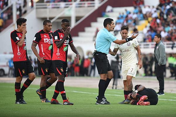 Diego Haro pide explicaciones, mientras Alejandro Hohberg ve a Edwuin Gómez en el suelo. (Foto: Álex Melgarejo / DeChalaca.com)
