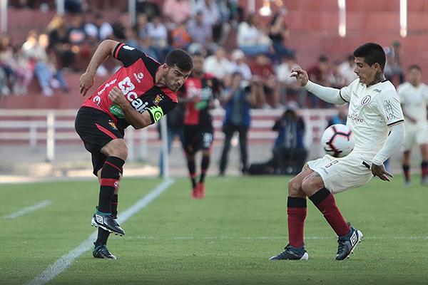 Bernardo Cuesta dispara de media distancia mientras lo presiona Armando Alfageme. (Foto: Fredy Salcedo / DeChalaca.com)