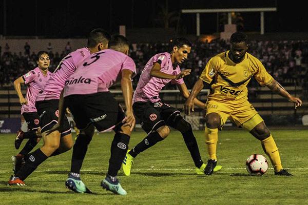 Ante su exclub, Montaño vino desde el banco e hizo de las suyas, como acá ante la marca de la zaga rosada en pleno. (Foto: Portal Rosado)