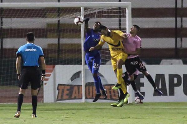 Ortiz, una vez más, fue clave en el arco rosado. Aquí anticipa la carga de Labarthe. (Foto: Pedro Monteverde / DeChalaca.com)