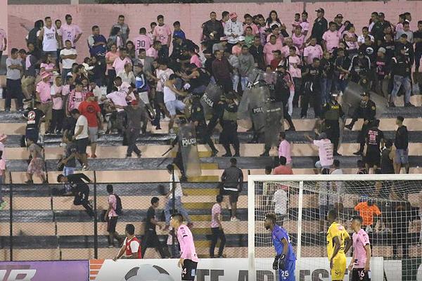 La hinchada de Boys fue al Grau a ver si su equipo reacciona. Sin embargo, la nota negra la dieron algunos laberintosos. (Foto: Pedro Monteverde / DeChalaca.com)