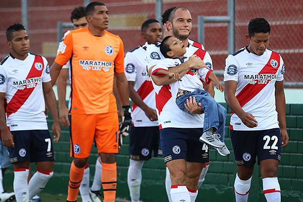 Murillo aparece detrás de la fila. De hecho, en el partido apareció muy poco también. (Foto: Pedro Monteverde / DeChalaca.com)