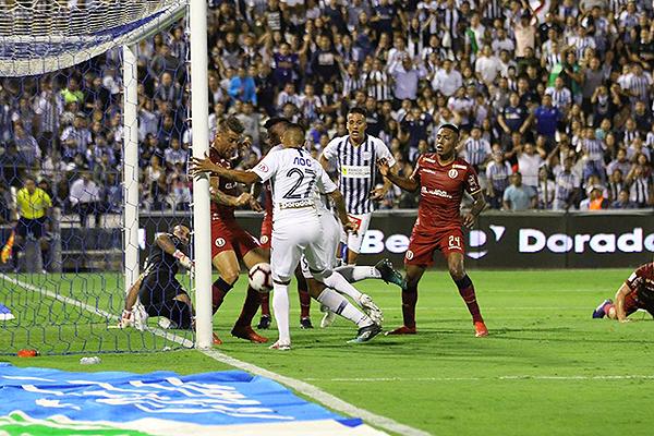 Denis salva en la línea del arco el gol cantado de Affonso. (Foto: Pedro Monteverde / DeChalaca.com)