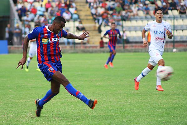 Conde dispara a gol ante la mirada de Álvarez. (Foto: Mijail Úrsula / DeChalaca.com)