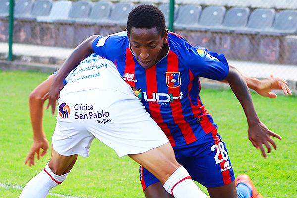 Durán supera a un jugador de Mannucci. El talentoso volante apareció en la primera línea. (Foto: Mijail Úrsula / DeChalaca.com)