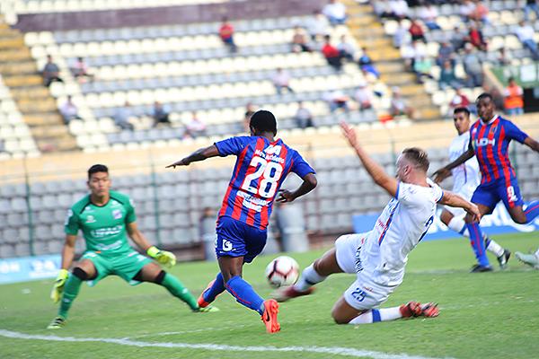 Durán aplica la velocidad y supera a Lencinas, mientras Díaz aguarda. (Foto: Mijail Úrsula / DeChalaca.com)