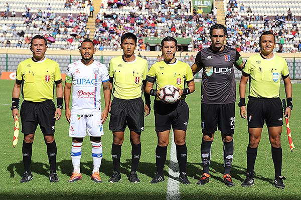 Mendoza con el balón en las manos, acompañado de los asistentes, así como López y Morales. (Foto: Mijail Úrsula / DeChalaca.com)