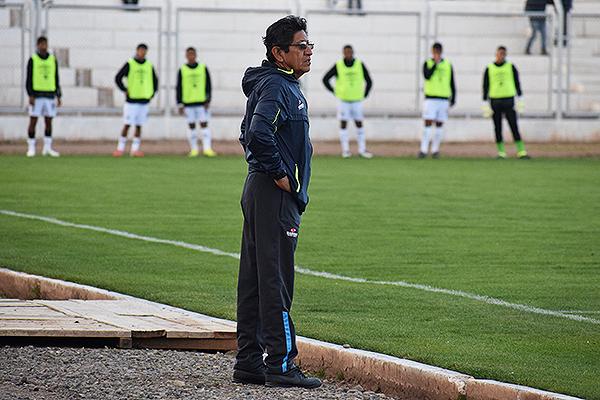 Mientras los jugadores de la San Martín calientan y observan como Binacional supera en todo aspecto, Arce está tranquilo. (Foto: David Ramos / DeChalaca.com)