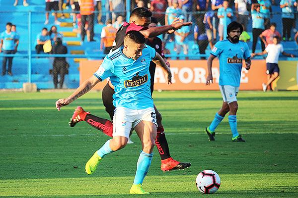 Ortiz deja sin opciones a Estrada. (Foto: Fabricio Escate / DeChalaca.com)