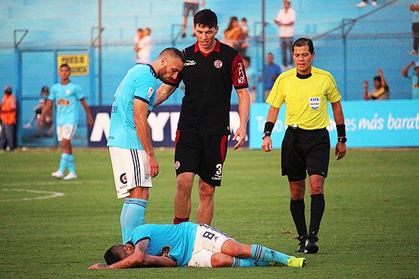 Carrillo observa a Ortiz tirado en el césped, tras una falta de Fosgt. (Foto: Fabricio Escate / DeChalaca.com)