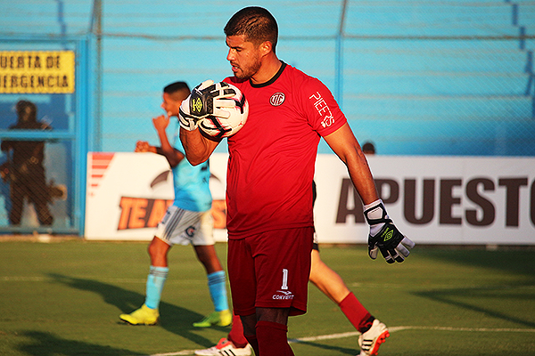 Delgado con el balón. Tuvo una actuación aceptable. (Foto: Fabricio Escate / DeChalaca.com)