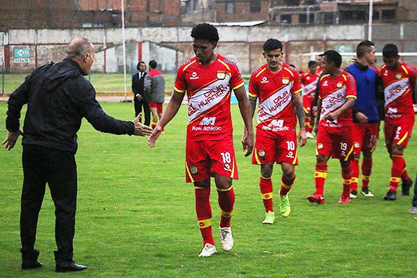 Takeuchi es felicitado por Ramacciotti, mientras detrás se acerca Benítez y Peña. (Foto: Juan Aquino / DeChalaca.com)