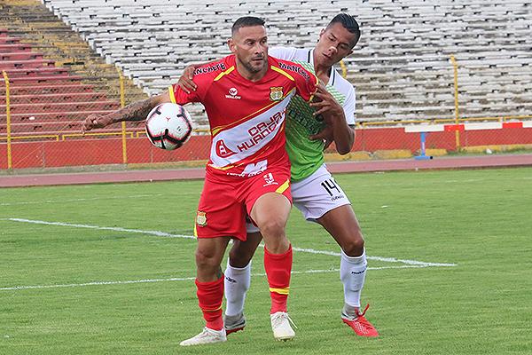 Neumann protege el balón ante la marca de Rengifo. (Foto: Juan Aquino / DeChalaca.com)