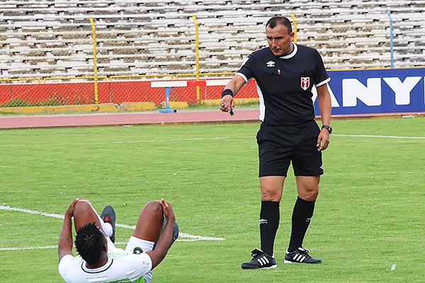 Con menos cabello y puede que unos kilos encima, Villanueva volvió a dirigir en la máxima categoría. (Foto: Juan Aquino / DeChalaca.com)