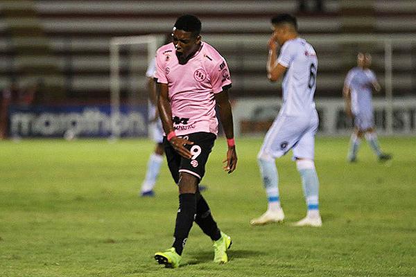 Peralta se lamenta tras una de las tantas ocasiones perdidas por Boys. (Foto: Pedro Monteverde / DeChalaca.com)