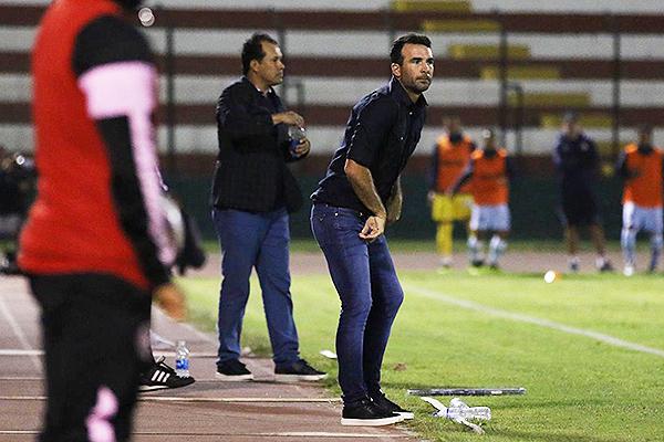 Reynoso y Fernández, en diferentes facetas, en un partido que acabó sin goles. (Foto: Pedro Monteverde / DeChalaca.com)