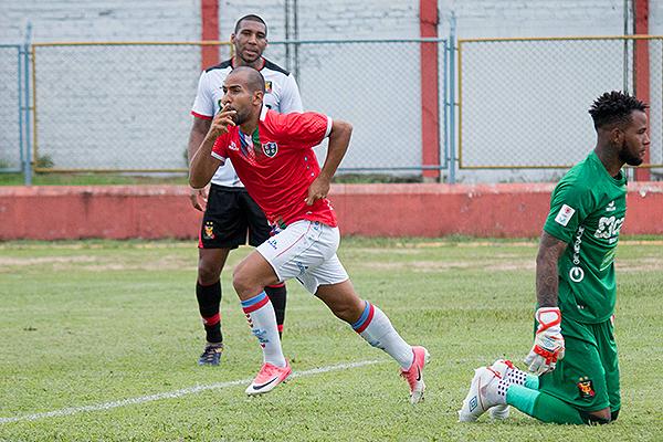 A poco de ingresar, Herrera venció a Cáceda y puso el empate. (Foto: Emilio Ruiz / DeChalaca.com)