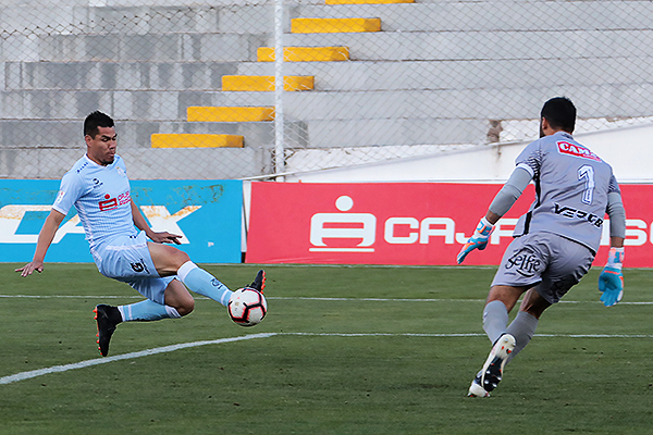 Hernán Rengifo se pierde una buena oportunidad ante Nicosia. (Foto: José Carlos Angulo / DeChalaca.com)