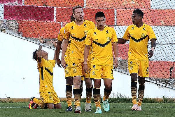 Sandro Rengifo le agradece al cielo su gol en el Cusco. (Foto: José Carlos Angulo / DeChalaca.com)