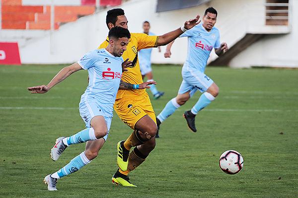 Souza se mide con Salas por conseguir el balón. (Foto: José Carlos Angulo / DeChalaca.com)
