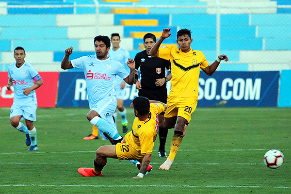 Villegas sigue la acción de Sánchez, Ramírez y Manco. (Foto: José Carlos Angulo / DeChalaca.com)