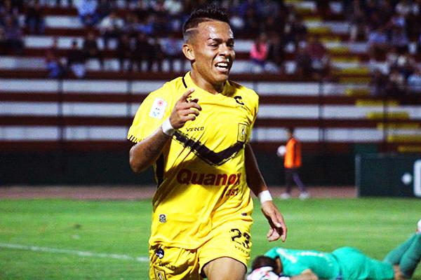 Carvallo vencido y Rengifo celebra el gol del triunfo. (Foto: Prensa Cantolao)
