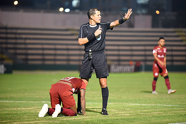Rivera señala falta mientras Quintero está en el césped. (Foto: Álex Melgarejo / DeChalaca.com)