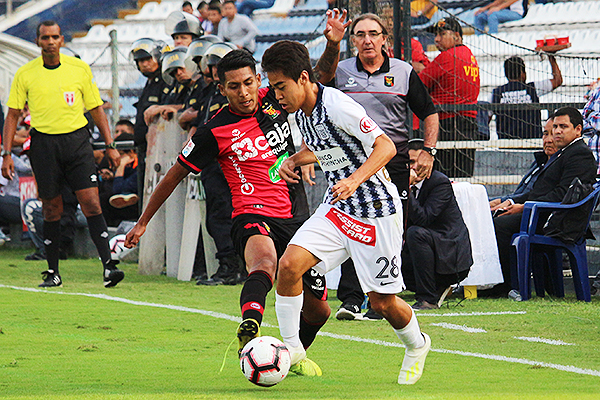 Matzuda encara a Neyra en un buen debut. (Foto: Fabricio Escate / DeChalaca.com)