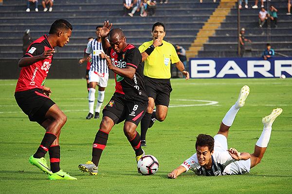Haro pita la falta de Leudo ante Matzuda. (Foto: Fabricio Escate / DeChalaca.com)