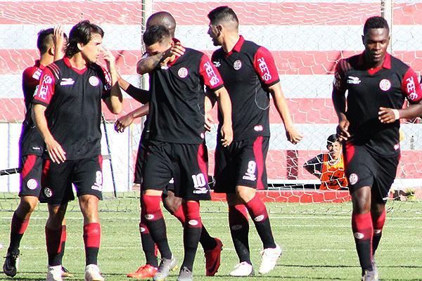 Quintero acompaña a los jugadores tras el gol ante Ayacucho. (Foto: Ciro Madueño)