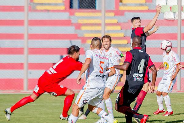 Delgado despeja el balón de puños ante el salto de Fosgt y la presión de Montes. (Foto: Prensa Ayacucho FC)