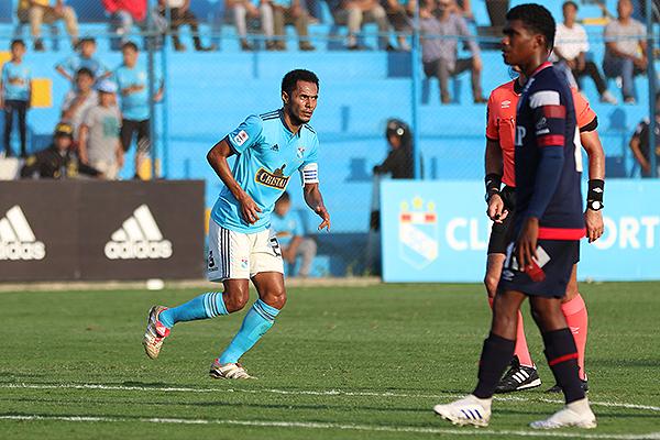 Mora observa derrotado el gol de Lobatón. (Foto: Pedro Monteverde / DeChalaca.com)