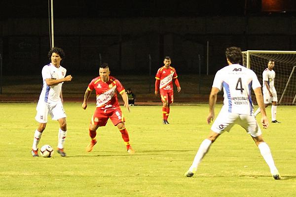 Vílchez controla el balón aunque Alfredo Junior Rojas lo sigue de cerca. (Foto: Enrique Tapia)
