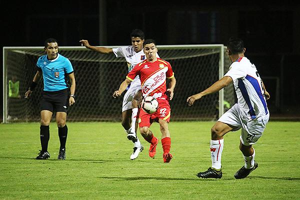 Mendoza observa el duelo de Salcedo y Belandres. (Foto: Juan Aquino / DeChalaca.com)