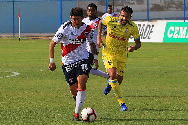 Bogado arremete y deja atrás a Míguez. (Foto: Prensa Deportivo Municipal)