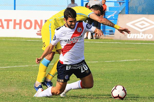 Ortiz hace que Larrauri tropiece. (Foto: Prensa Deportivo Municipal)