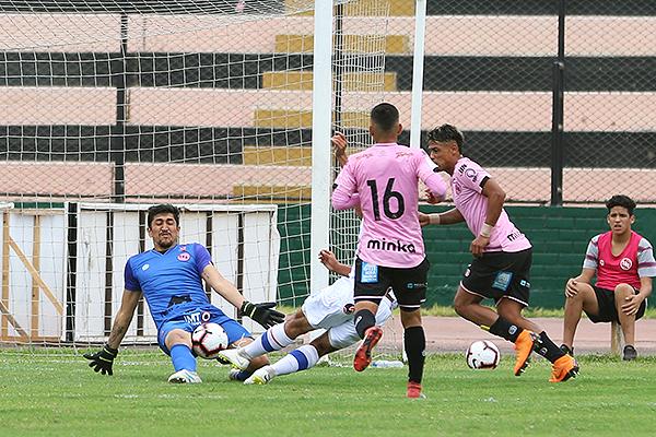 Medina achica el espacio de remate de Luis Ramos. (Foto: Pedro Monteverde / DeChalaca.com)