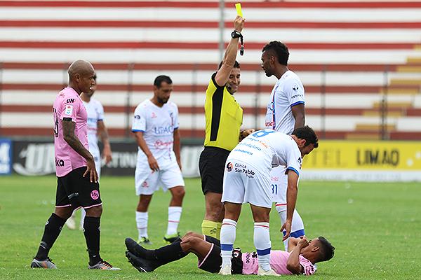 Castañeda le muestra la amarilla a Fuentes. (Foto: Pedro Monteverde / DeChalaca.com)