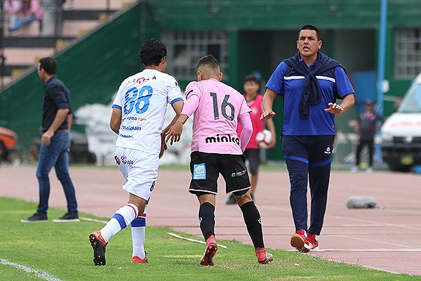 Pérez estuvo en cancha dando indicaciones, mientras Fernández ve otra parte de la cancha. (Foto: Pedro Monteverde / DeChalaca.com)