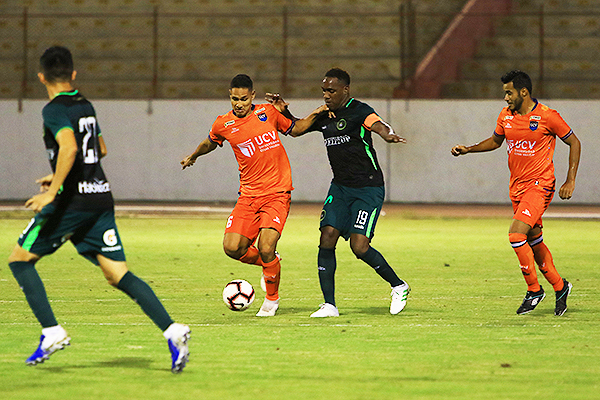 Garcés y Tejada pelean por el balón. (Foto: Celso Roldán / DeChalaca.com)