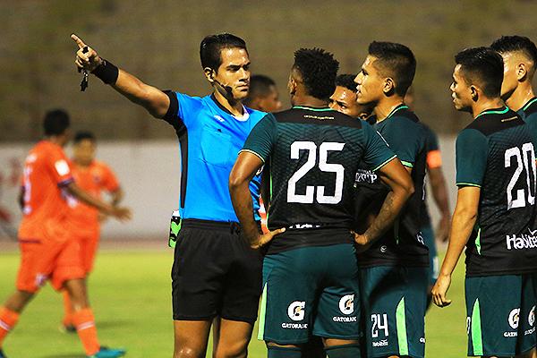 Espinoza y su seriedad tras una dividida. (Foto: Celso Roldán / DeChalaca.com)