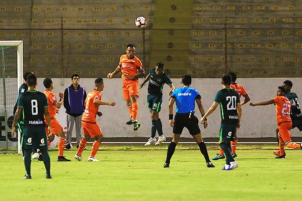 Fleitas se eleva y despeja de cabeza ante la presión de Rengifo. (Foto: Celso Roldán / DeChalaca.com)